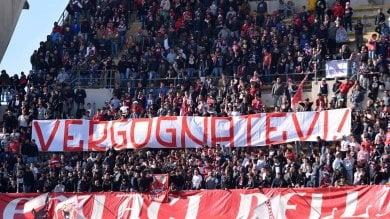 """Bari sconfitto in casa dal Verona per 2-0 la Curva Nord insorge: """"Vergognatevi"""""""