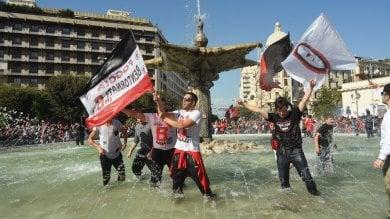 Il Foggia torna in serie B dopo 19 anni festa in città con il bagno nelle fontane