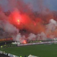 Lecce, 50 ultrà incappucciati assaltano il bus dei tifosi baresi con pietre e petardi: un...