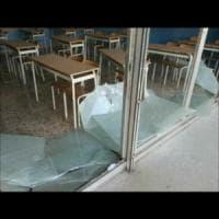 Taranto, i vandali devastano e allagano la scuola: 500 studenti restano