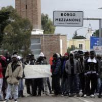 Foggia, i migranti del Cara protestano in piazza: