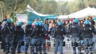 Gasdotto Tap, blitz nella notte della polizia con le ruspee: al via la messa in sicurezza degli ulivi