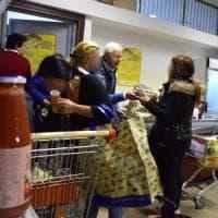 Bari, 200 famiglie in coda al market sociale del San Paolo: la tessera per avere gratis...