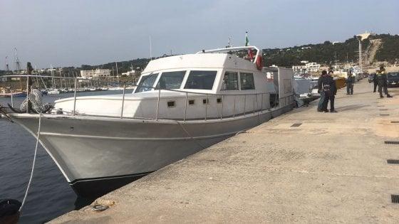 Migranti, 115 sbarcano in Salento a bordo di un motoryacht: tutti uomini, fra loro due bambini