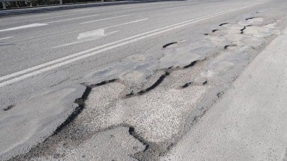 Bari, l'inferno delle strade provinciali: buche e pericoli, ma non ci sono soldi per ripararle