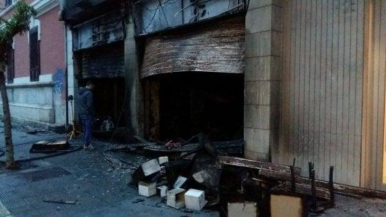 Incendio distrugge nella notte negozio detersivi a Bari