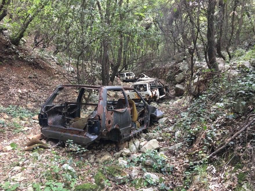Fasano, nella boscaglia il cimitero delle auto rubate