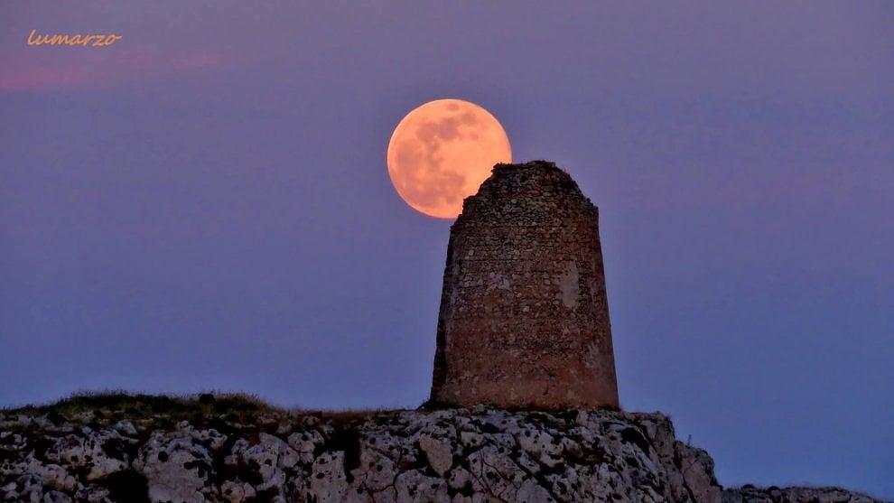 Otranto La Luna Piena Spunta Dallantica Torre Sul Mare 1 Di 1