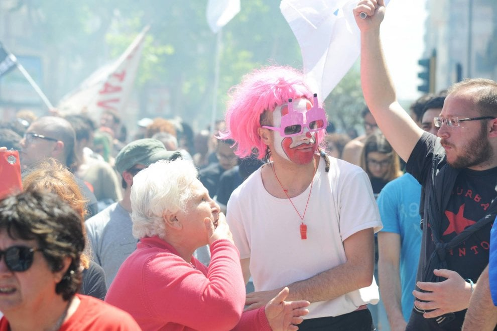 Bari, c'è nonna Pia al corteo contro il G7: ha 75 anni