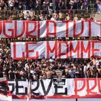 'Auguri alle mamme': a Bari lo striscione allo stadio