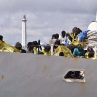 Bari, l'arrivo dei 250 migranti soccorsi in mare