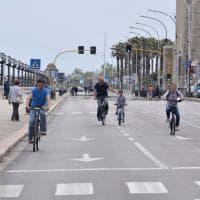 Il lungomare di Bari senz'auto, festa per ciclisti e famiglie