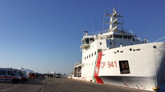 Migranti, sbarco al Porto di Taranto: centinaia i bambini
