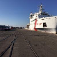 Taranto, sbarcano 950 migranti. La Puglia si prepara a migliaia di arrivi: