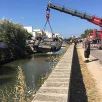 Lecce, finisce con l'auto nel canale: fruttivendolo si butta in acqua e la salva