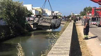 Ugento, finisce con l'auto nel canale  fruttivendolo si butta in acqua e la salva