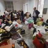 Sbarchi, a Bari è gara di solidarietà 200 donazioni e uffici comunali invasi di aiuti per i migranti   video