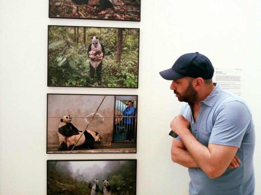 Checco Zalone pazzo dei panda al World Press Photo