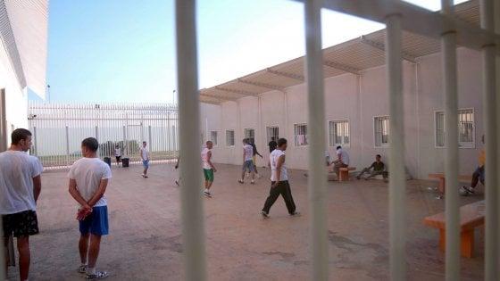 Migranti, a Bari Palese entro l'estate il primo centro italiano per i rimpatri: avrà 126 posti