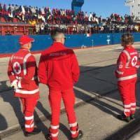 Taranto, sbarcano nel porto i 500 migranti salvati sui barconi al largo