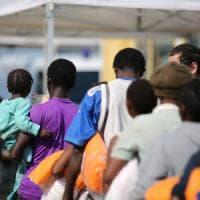 Brindisi, sbarcano 476 migranti salvati nel Canale di Sicilia: ci sono anche