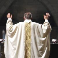 """Il parroco: """"No al padrino, è sposato con una divorziata"""". E un 14enne non vuole più fare..."""