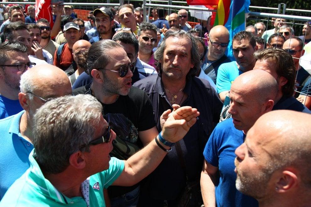 Ilva di Taranto, la rabbia degli operai contro gli esuberi
