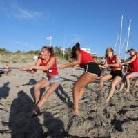 Gallipoli, tiro alla fune in spiaggia per le 50 aspiranti miss