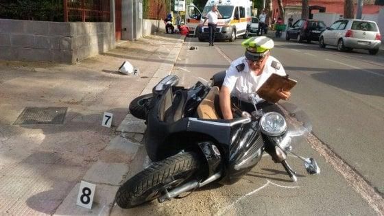 Bari sbalzato dallo scooter dopo l impatto violento con