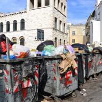 Bari, lo scempio dei rifiuti con vista sulla cattedrale