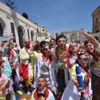 Bari, in piazza i volontari della clownterapia