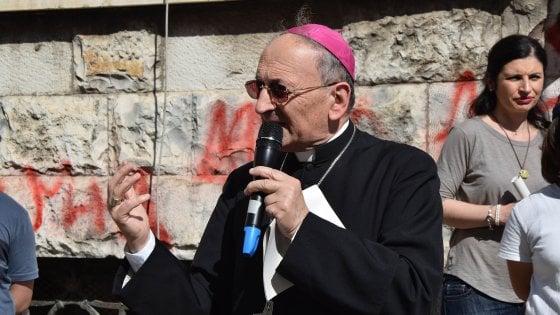 """Bari invasa dai rifiuti, il vescovo Cacucci in strada per raccoglierli: """"La bellezza salverà il mondo"""""""