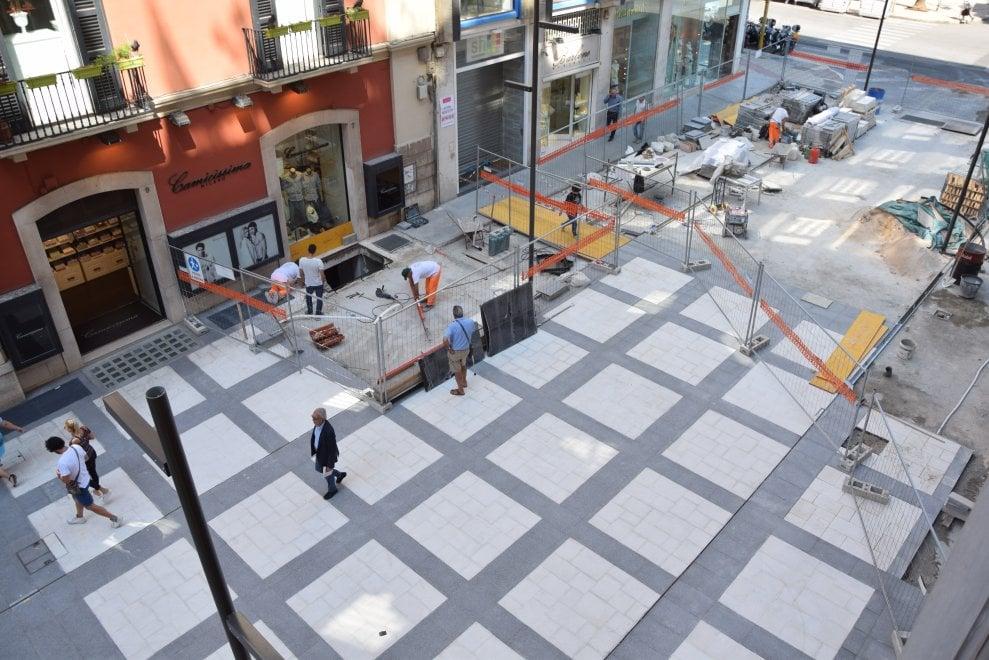 Bari, il pavimento di via Sparano sembra una scacchiera