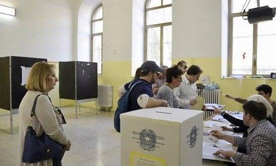 Elezioni in Puglia: a Taranto sfida a quattro per il ballottaggio, a Lecce in vantaggio il candidato del centrodestra