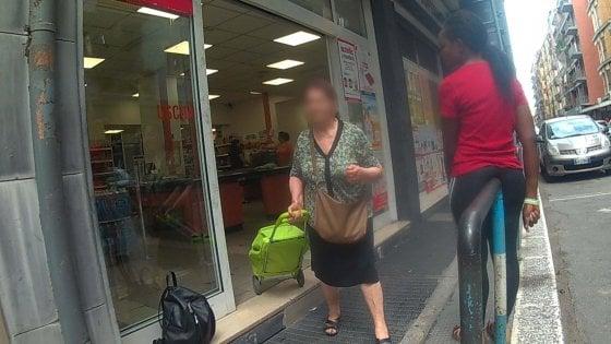 Bari, il racket dei questuanti ai supermercati: ecco chi c'è dietro le loro richieste
