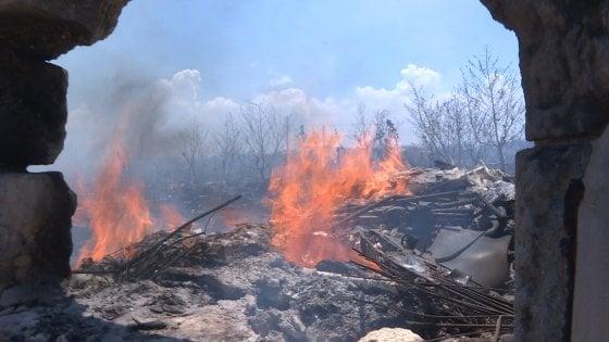 Bari, fiamme nel campo rom a poca distanza dalle spiagge cittadine: non ci sono feriti