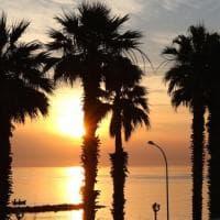 Bari, la prima alba dell'estate 2017 colora il lungomare