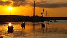 La prima alba dell'estate colora il lungomare a Bari