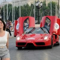 La carica delle Ferrari tra lungomare e vicoli di Bari