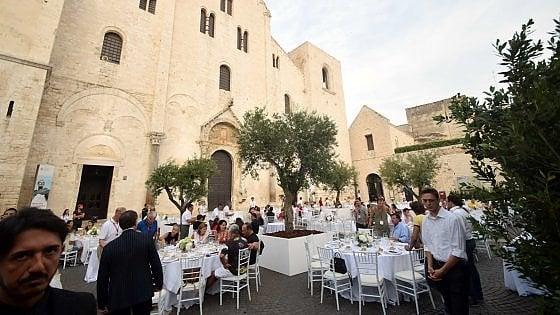 Bari vecchia, i proprietari delle Ferrari cenano davanti alla Basilica: è vietato guardarli