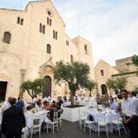 Bari vecchia, i proprietari delle Ferrari cenano davanti alla Basilica: