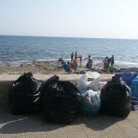 Bari, i rifiuti sul lungomare nel quartiere senza cassonetti