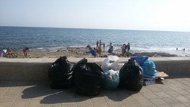 Foto  Bari, nel quartiere senza cassonetti  i rifiuti del weekend invadono il lungomare