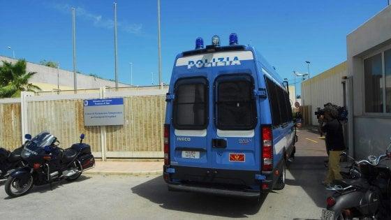 Sassaiola Cara Bari:lacrimogeni,1 ferito