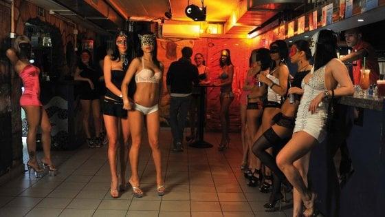 Matera, luci rosse e tutti i lavoratori in nero: 41mila euro di multa e sospensione per un club sulla costa