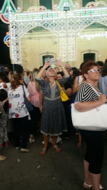 Helen Mirren turista nel Salento fotografa le luminarie di Scorrano