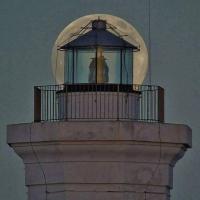 La luna e il faro: l'obiettivo gioca con le prospettive