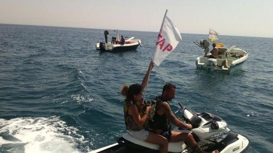 Gasdotto Tap, i manifestanti protestano nel mare del Salento: acquascooter e barche fra i turisti