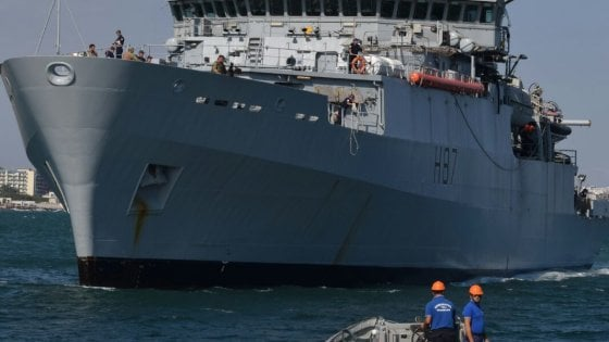 Nave inglese traghetta 644 migranti nel porto di Bari