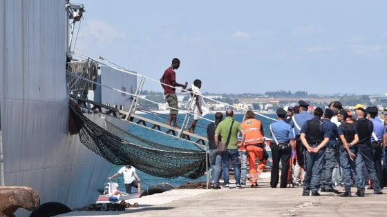 Oltre 600 migranti sbarcano a Bari: un ferito e 19 minori